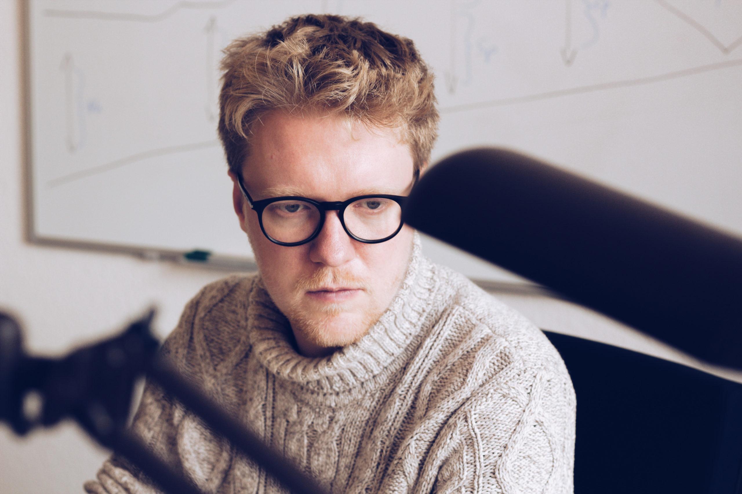 Lasse Petersdotter im Büro am Schreibtisch