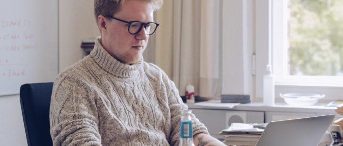Lasse Petersdotter im Landtags-Büro am Schreibtisch