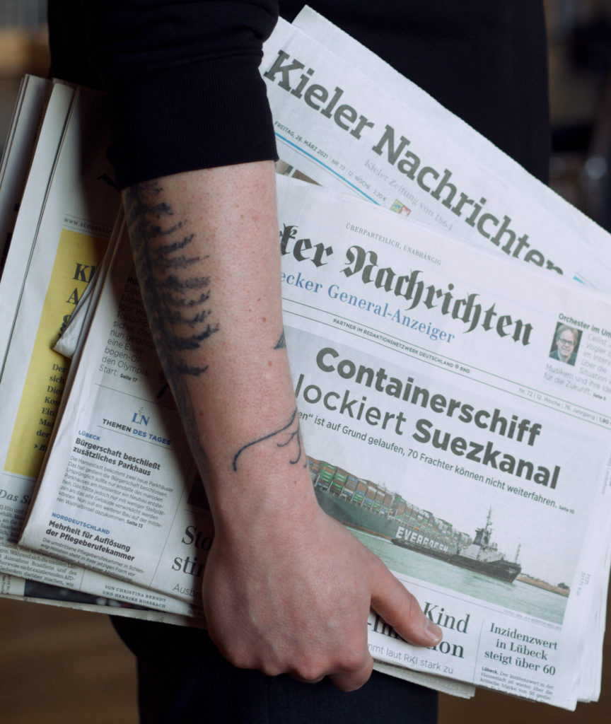 Lasse Petersdotter mit Tageszeitungen