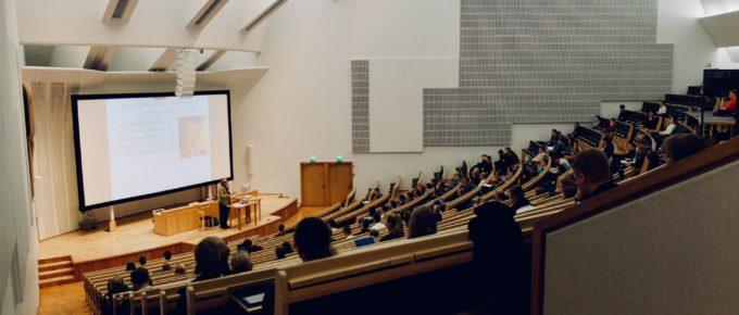 Auditorium Universität (Bild: Dom Fou via Unsplash)